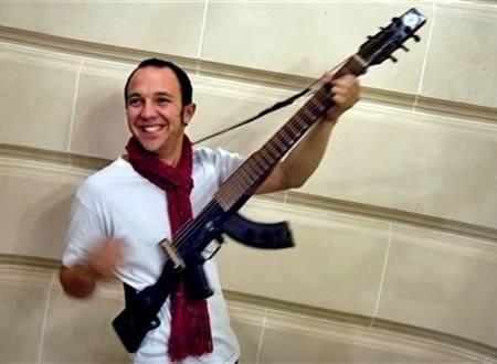 Escopetarra: AK-47 + guitar